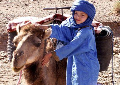 maroc-desert-draa-enfant-et-chameau-bonraisin-768x576